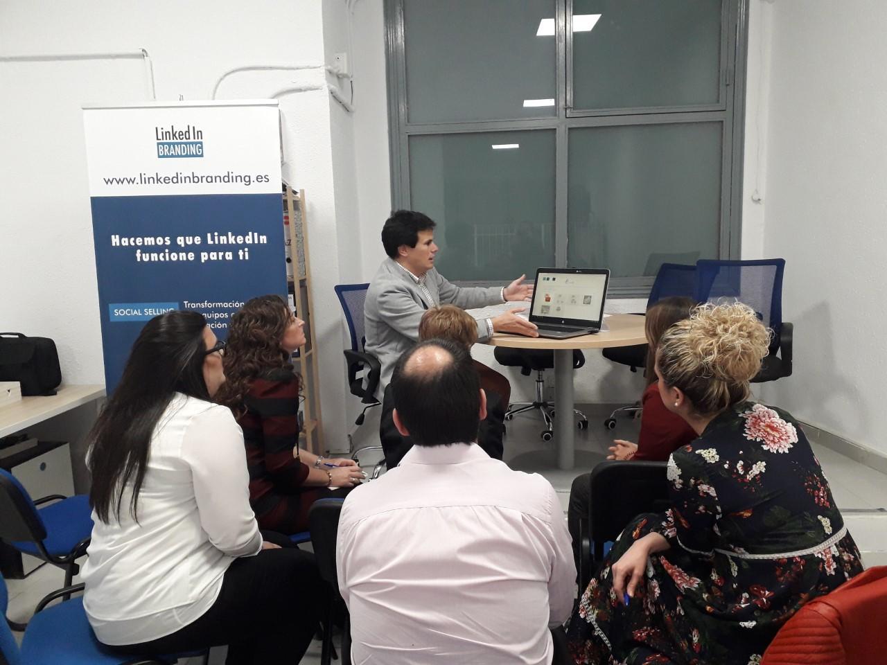 Nuestro compañero Mikel Escriche hablando en el evento Conectting People.